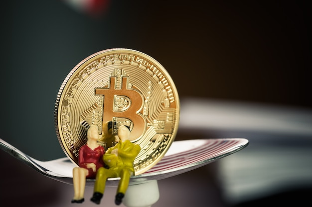 Finanzinvestitionsrisikokonzept: miniaturgeschäft auf löffel nahe bitcoin digital virtual Premium Fotos