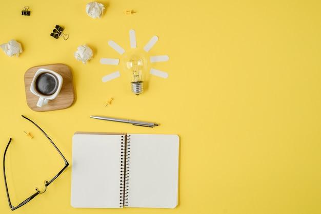 Finanzplanung, die unordentliches tischplattenbild mit leerem klemmbrett, büroartikel, stift, notizblock gedanklich löst Premium Fotos