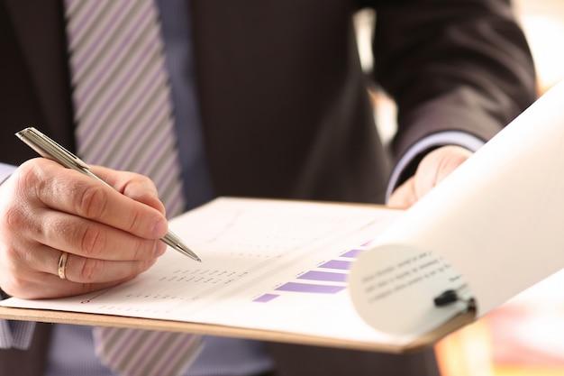 Finanzprüfer unterzeichnen berechnungsdokument Premium Fotos