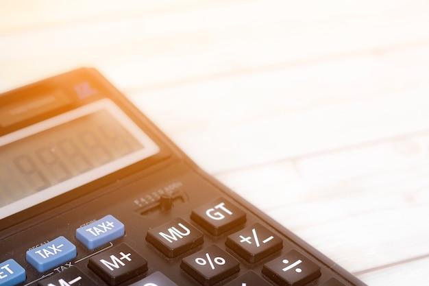 Finanzsteuer und gewinn auf taschenrechner im innenministerium auf hölzernem schreibtisch, abschluss herauf knopf Premium Fotos