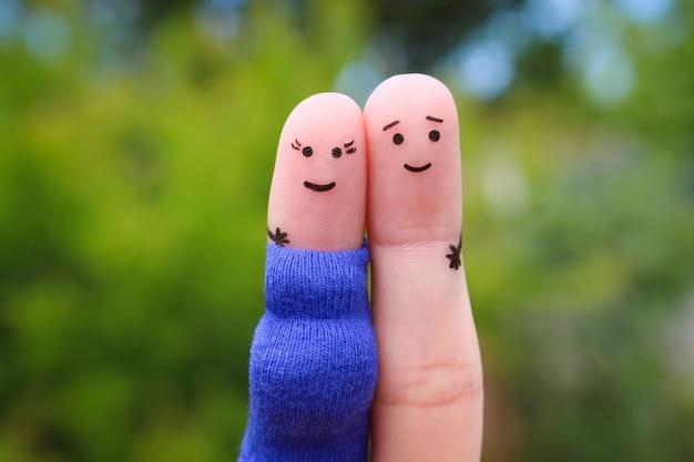 Fingerkunst des glücklichen paars. frau ist schwanger. Premium Fotos