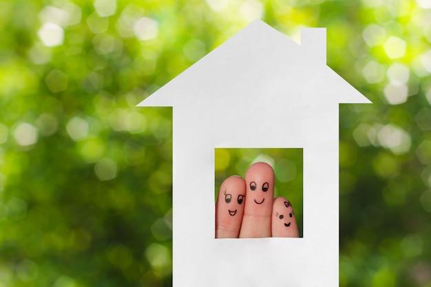 Fingerkunst einer familie. familie sucht aus dem haus Premium Fotos