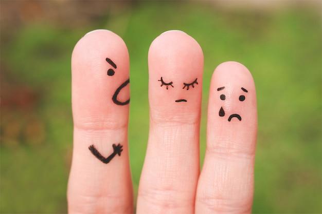 Fingerkunst einer familie während eines arguments. das konzept eines mannes schimpft mit frau und kind, eine frau ist traurig, das baby weint Premium Fotos