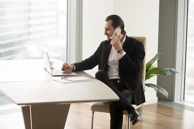 Firmenchef telefonisch mit partnern in kontakt Kostenlose Fotos