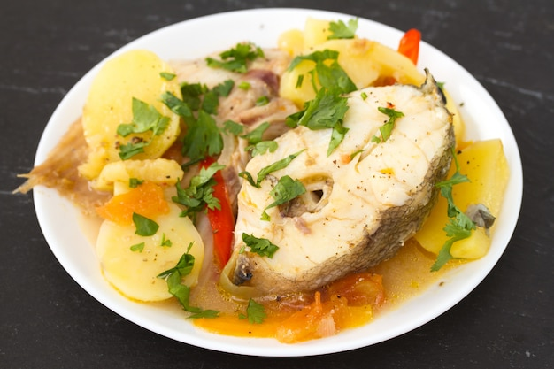 Fisch auf weißem teller Premium Fotos
