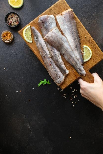 Fisch rohen seehecht (reihe von zutaten zum kochen) Premium Fotos