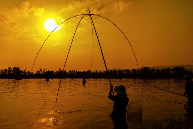 Fischenlebensstilnetz während des sonnenuntergangs Premium Fotos