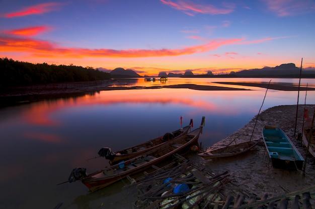Fischerboot im goldenen morgenlicht fischerfischen im frühen morgen golden Premium Fotos