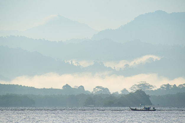 Fischerboot in den bergen und im meer Premium Fotos