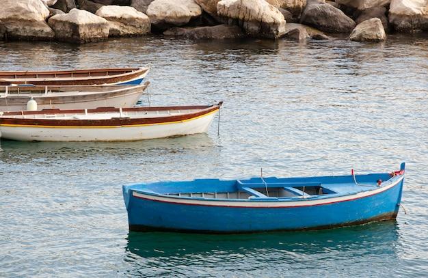 Fischerboote im golf von neapel Premium Fotos