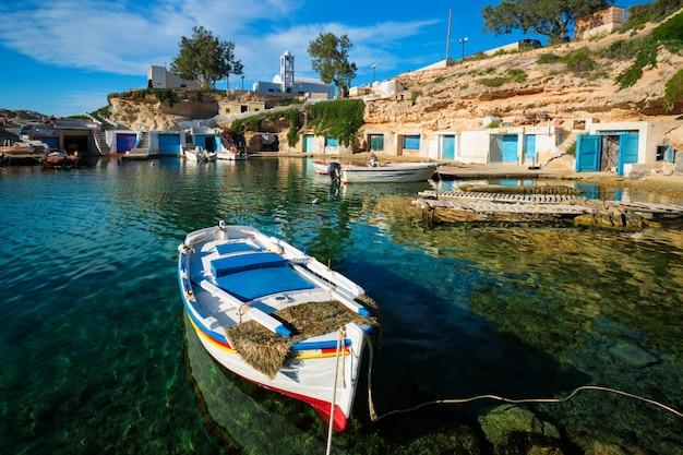 Fischerboote im hafen im fischerdorf mandrakia, milos-insel, griechenland Premium Fotos