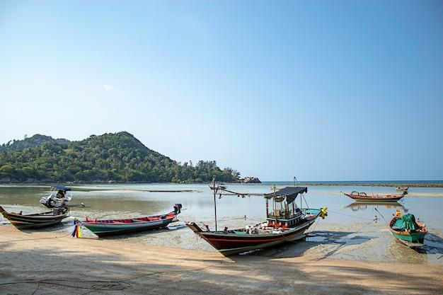 Fischerboote parkten am strand von koh phangan, surat thani in thailand Premium Fotos