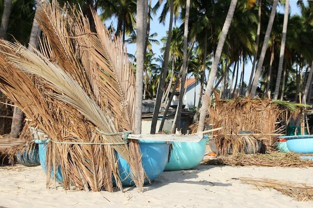 Fischerboote unter palmen am tropischen strand Premium Fotos