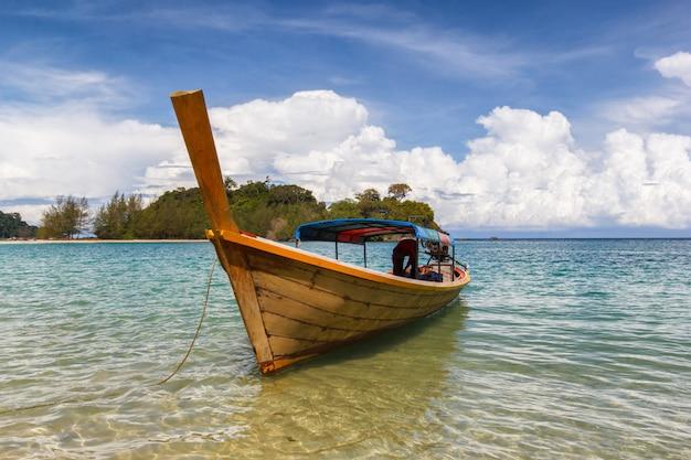 Fischerbootsfloss im blauen meer mit weißem sandstrand und schönem blauem himmel in kangkao-insel Premium Fotos