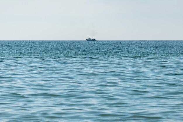Fischereischiff in meer Premium Fotos