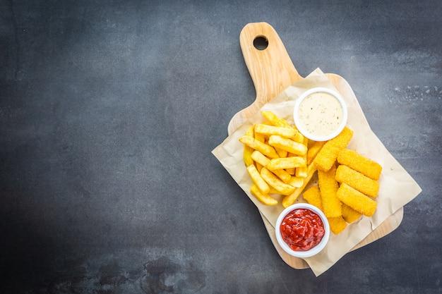 Fischfinger und pommes frites oder chips mit tomatenketchup Kostenlose Fotos