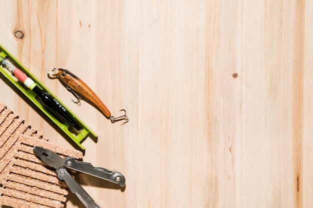 Fischköder; fischenfloss; pinnwand und zange auf dem schreibtisch Kostenlose Fotos