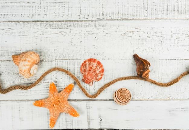 Fischstern und muscheln auf dem hölzernen hintergrund Premium Fotos