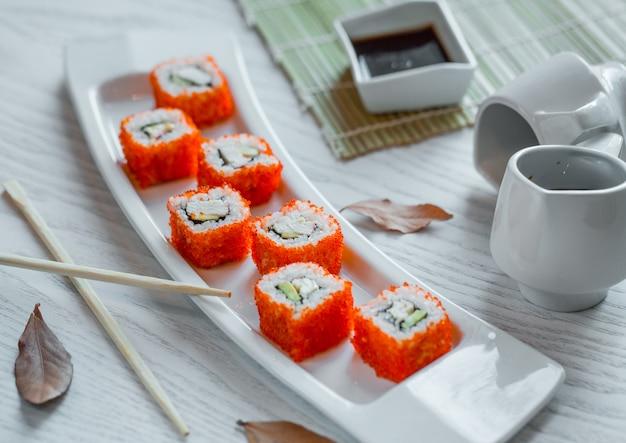 Fischsushi mit reis und rotem kaviar Kostenlose Fotos