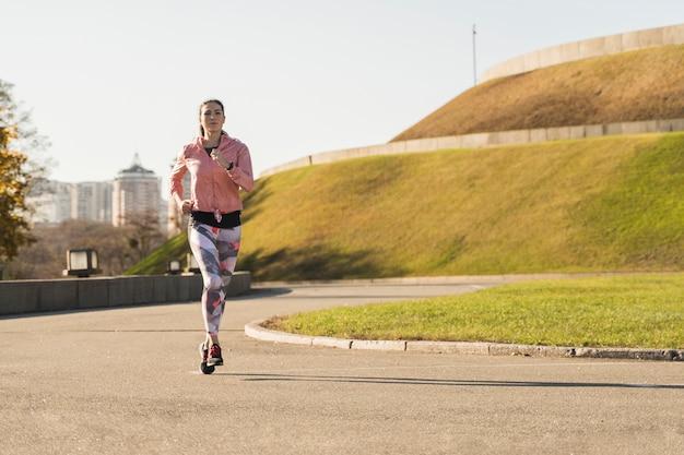 Fit athlet laufen im freien Kostenlose Fotos