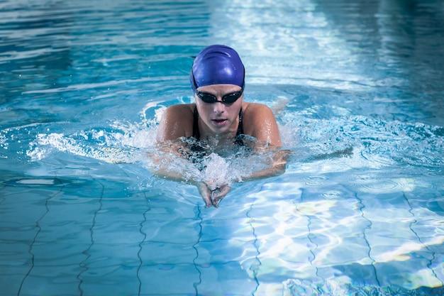 Fit frau im pool schwimmen Premium Fotos