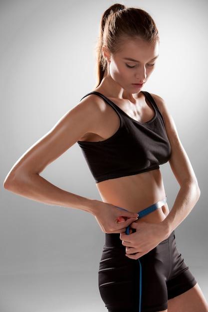 Fit und gesunde taille mit einem klebeband gemessen Kostenlose Fotos