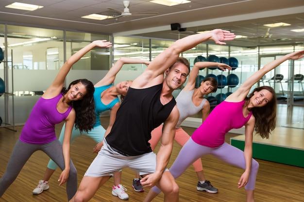 Fitness-klasse geführt von gut aussehend ausbilder Premium Fotos
