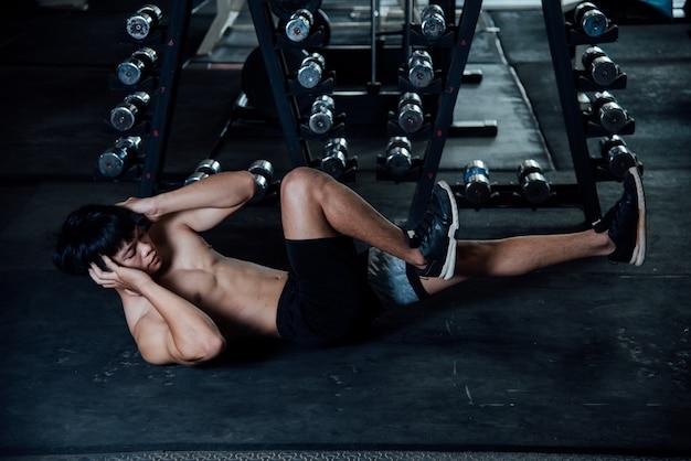 Fitness-mann im fitnessstudio entwurmung Kostenlose Fotos