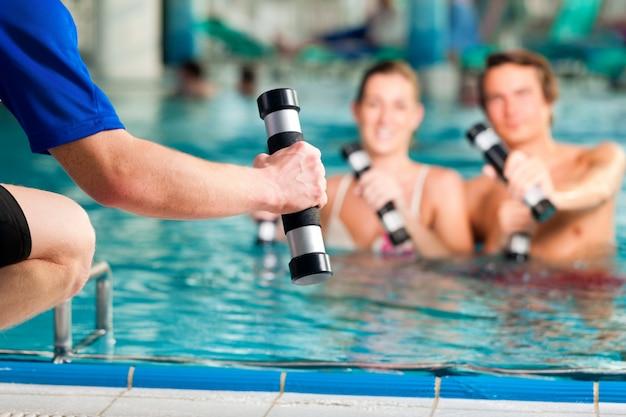 Fitness - sport und gymnastik unter wasser im schwimmbad oder spa Premium Fotos
