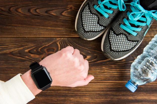 Fitness-tracker und turnschuhe mit wasserflasche Premium Fotos