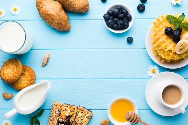 Flach gedeckter frühstückstisch mit copyspace Kostenlose Fotos