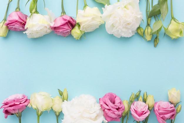 Flach gelegte mini-rosen-anordnung Premium Fotos