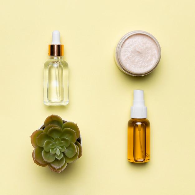 Flach gelegte serumflaschen mit creme Kostenlose Fotos
