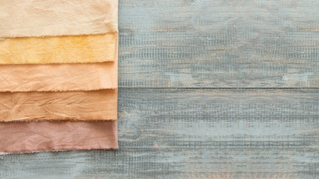 Flach gelegte tücher aus verschiedenen natürlichen pigmenten mit kopierraum Kostenlose Fotos