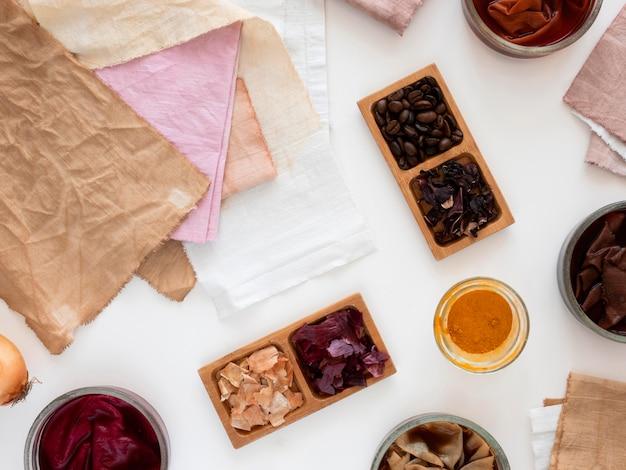 Flach gelegte tücher aus verschiedenen natürlichen pigmenten Kostenlose Fotos