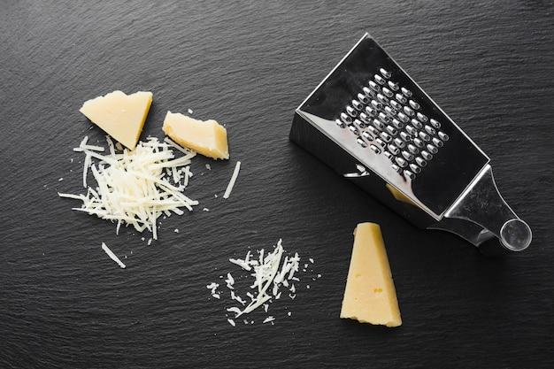 Flach gelegter geriebener parmesan mit reibe Kostenlose Fotos