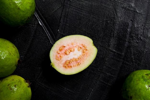 Flach geschnittene guavenfrucht legen Kostenlose Fotos