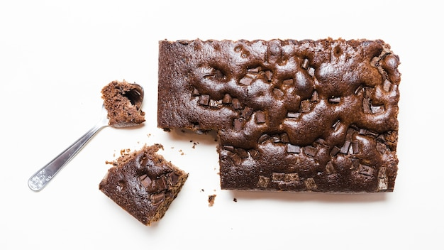 Flach lag dunkler schokoladenkuchen mit einem löffel Kostenlose Fotos