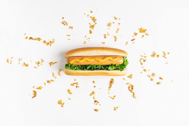 Flach lag hotdog mit knusprigen zwiebeln zerbröckelt Kostenlose Fotos