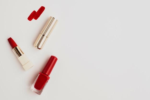 Flach lag roter lippenstift mit copyspace Kostenlose Fotos