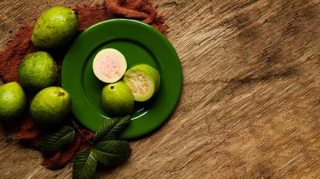 Flach legen guavenfrüchte auf teller Kostenlose Fotos