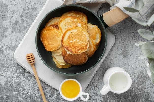 Flach legen leckere pfannkuchen und honig Kostenlose Fotos