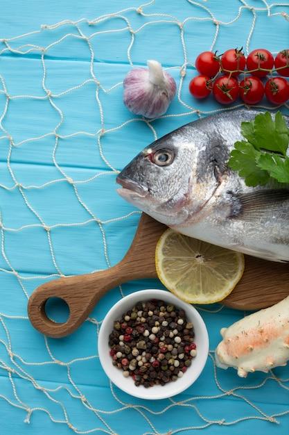 Flach legen sie fisch und gewürze zum kochen Kostenlose Fotos