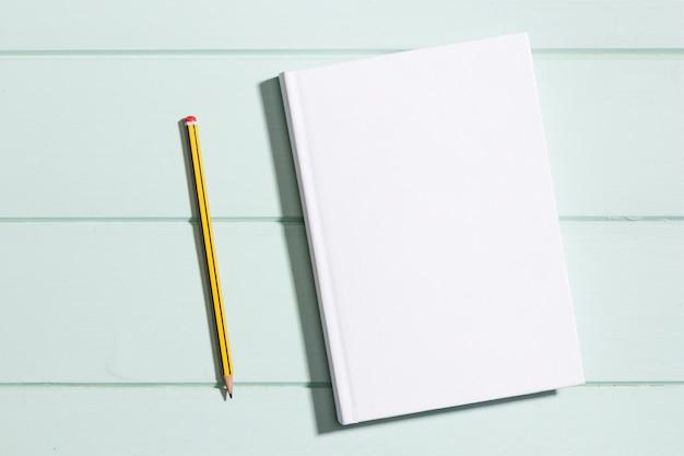 Flach legen sie minimalistisches papier mit bleistift Kostenlose Fotos