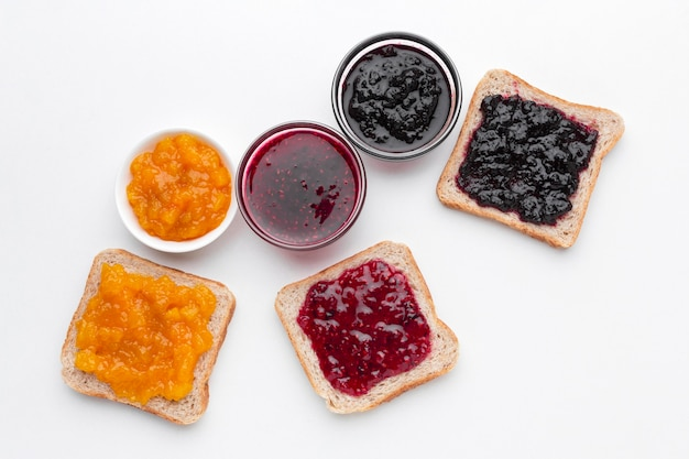 Flach legen verschiedene arten von marmelade Premium Fotos