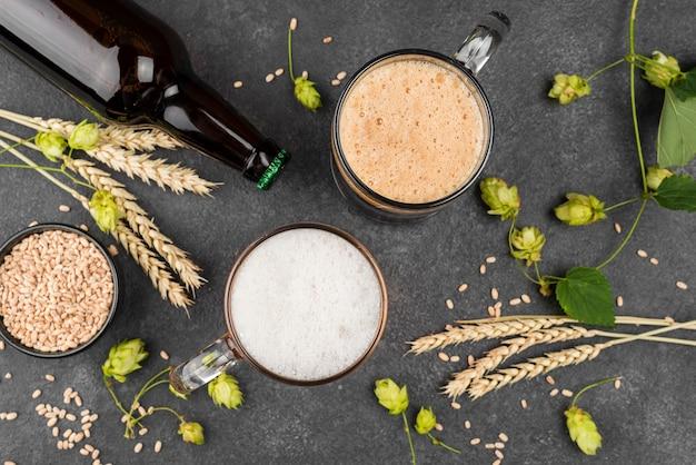 Flach liegende bierkrüge und flasche Kostenlose Fotos