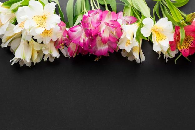 Flach liegende bunte alstroemeria-blumensträuße mit kopierraum Kostenlose Fotos