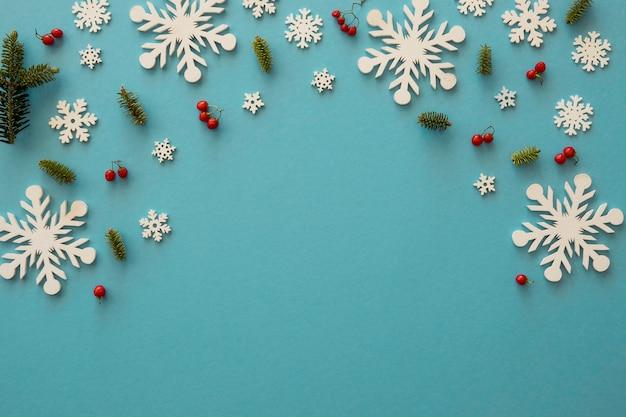 Flach liegende minimalistische weiße schneeflocken und mistel Kostenlose Fotos