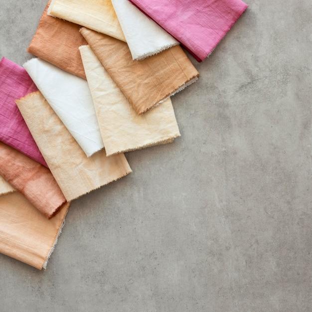 Flach liegendes farbiges tuch-sortiment mit natürlichen pigmenten Premium Fotos
