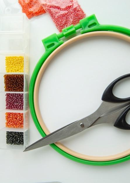 Flach verlegte handarbeiten und stickzubehör, scherenbänder und perlen Premium Fotos